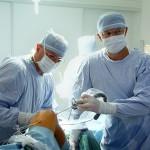 MUDr. Maurer na operačním sále