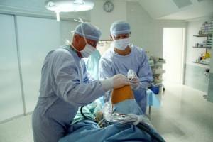 Doktor Maurer při zákroku